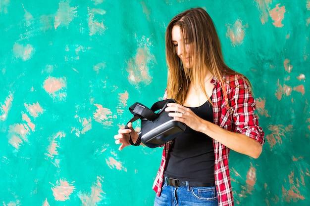 Junge frau mit dem virtual-reality-headset