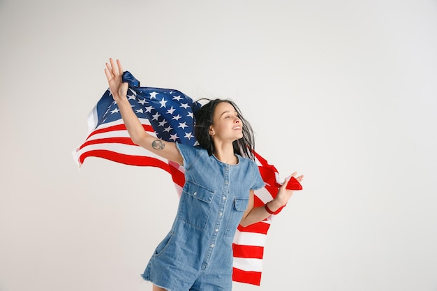 Junge frau mit der flagge der vereinigten staaten von amerika