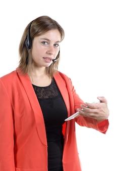 Junge frau mit digitaler tablette