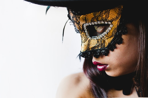 Junge frau mit einem gelben venezianischen maske