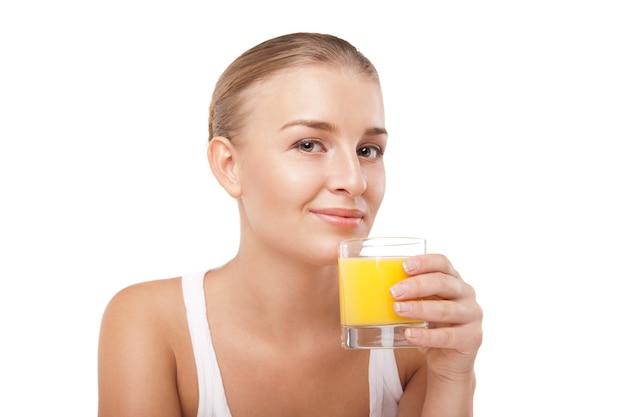 Junge frau mit einem glas orangensaft isoliert
