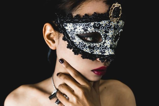 Junge frau mit einem grauen venezianischen maske