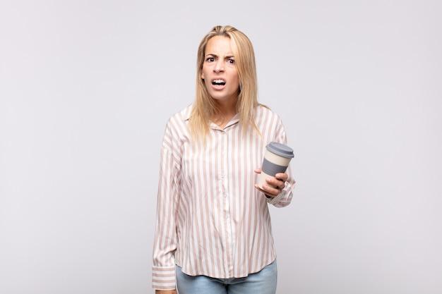 Junge frau mit einem kaffee, der sich verwirrt und verwirrt fühlt