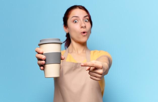 Junge frau mit einem kaffee zum mitnehmen