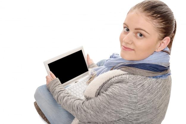 Junge frau mit einem laptop, lokalisiert auf weißer, hinterer ansicht