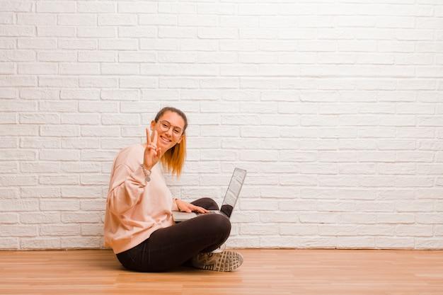 Junge frau mit einem laptop