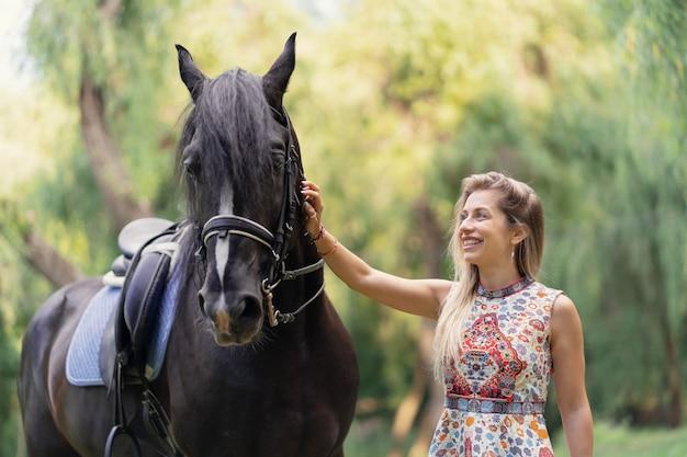Junge frau mit einem pferd