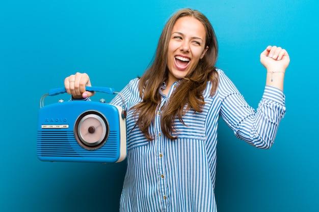 Junge frau mit einem vintage radio