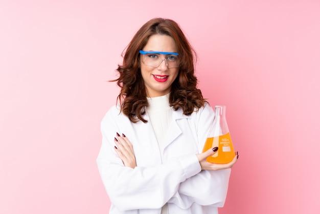 Junge frau mit einem wissenschaftlichen reagenzglas