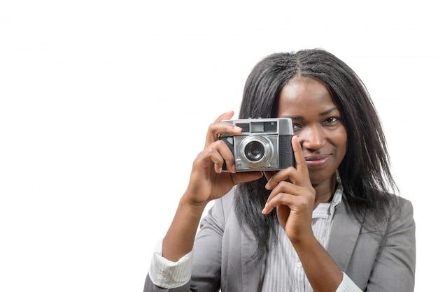 Junge frau mit einer alten kamera