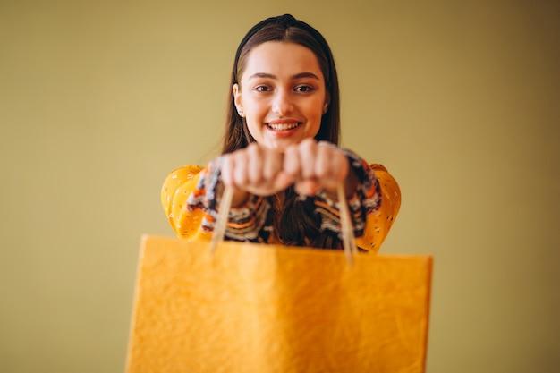 Junge frau mit einkaufstüten in einem schönen kleid