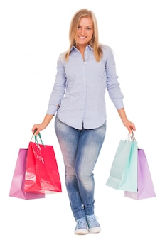 Junge frau mit einkaufstüten