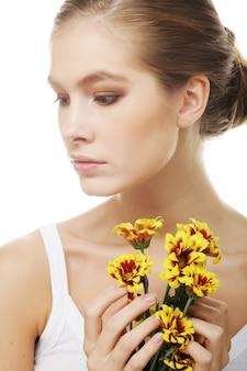 Junge frau mit gelber chrysantheme