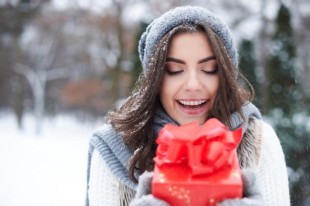 Junge frau mit geschenk im winter