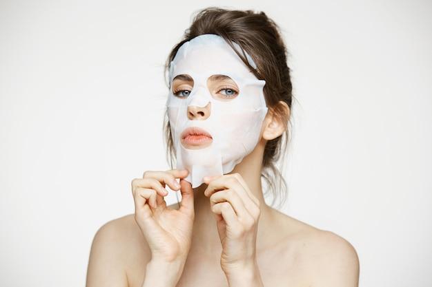 Junge frau mit gesichtsmaske. beauty spa und kosmetologie.