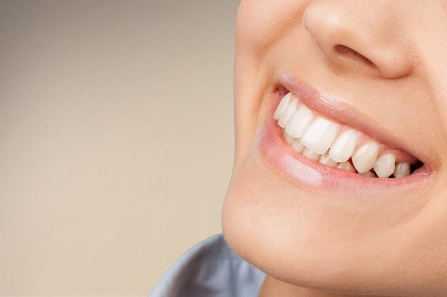 Junge frau mit großen gesunden weißen zähnen.