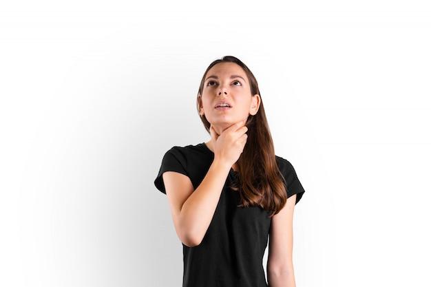 Junge frau mit halsschmerzen bleibt zu hause. influenza-symptom. saisonale grippe. covid-19