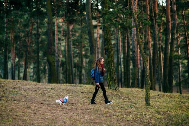 Junge frau mit ihrem kleinen hund