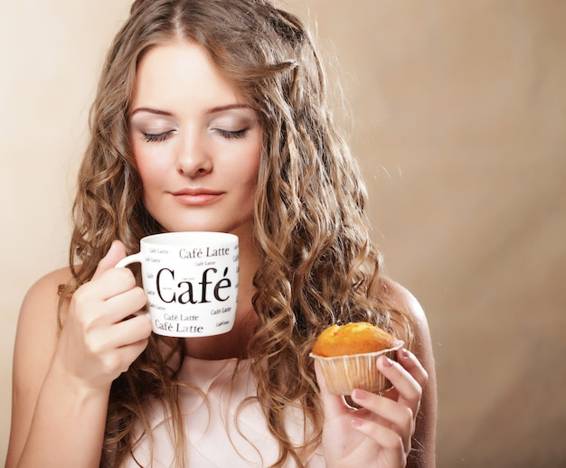 Junge frau mit kaffee und kuchen