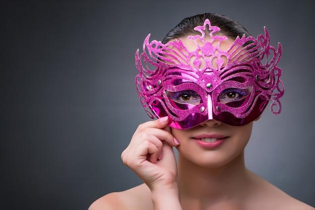 Junge frau mit karnevalsmaske