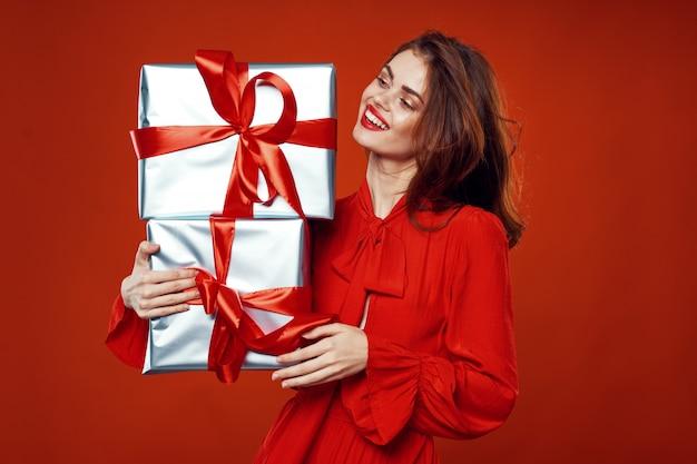 Junge frau mit kisten der geschenke in ihren händen