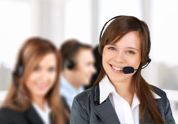 Junge frau mit kopfhörern, callcenter oder supportkonzept