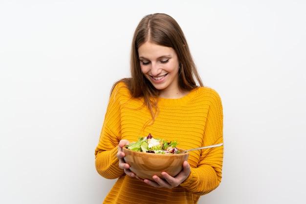 Junge frau mit langen haaren mit salat