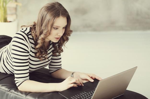 Junge frau mit laptop-pc-computer