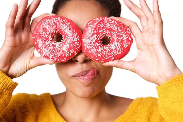Junge frau mit leckeren donuts