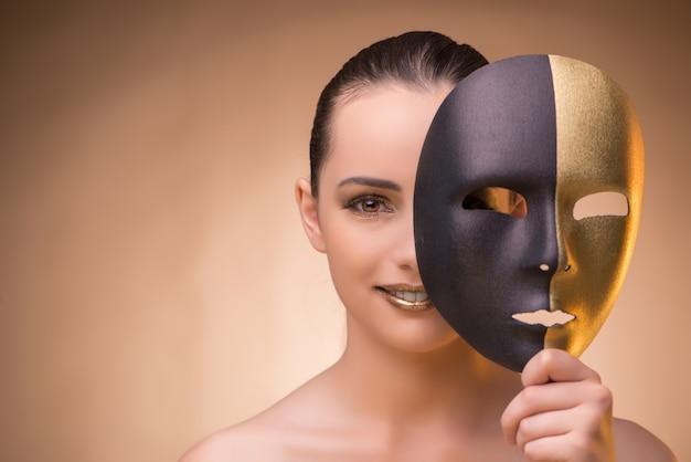 Junge frau mit maske im karnevalskonzept