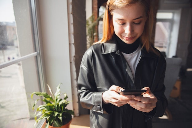 Junge frau mit online-shopping-gadgets