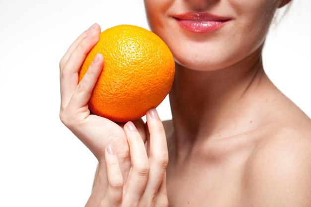 Junge frau mit orange lokalisiert auf weiß Premium Fotos