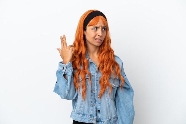 Junge frau mit orangefarbenen haaren isoliert auf weißem hintergrund mit problemen bei der selbstmordgeste