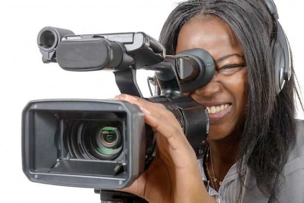 Junge frau mit professioneller videokamera