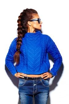 Junge frau mit roten lippen und blauem pullover in der sonnenbrille