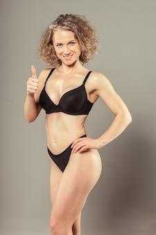 Junge frau mit schönem dünnem perfektem körper im bikini