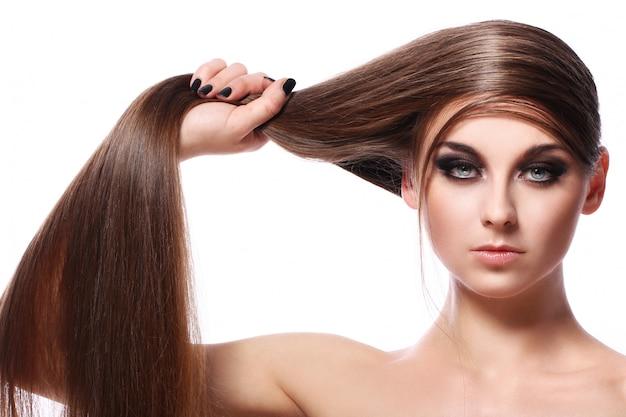 Junge frau mit schönen haaren