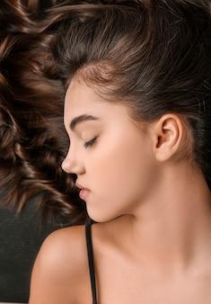 Junge frau mit schönen lockigen haaren
