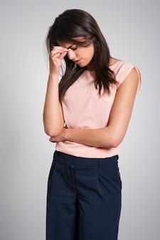 Junge frau mit schwerer sinusitis