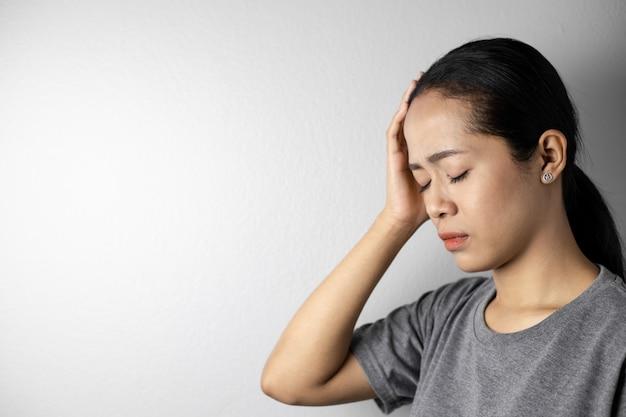 Junge frau mit stress und kopfschmerzen.