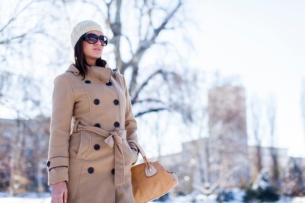 Junge frau mit winteroutfit Premium Fotos