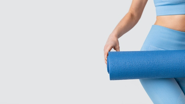 Junge frau mit yogamatte nahaufnahme