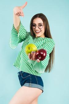 Junge frau mit zwei äpfeln