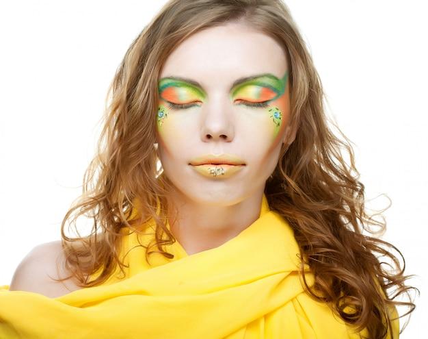 Junge frau. nahansicht. kreatives make-up.