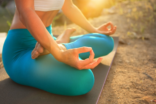Junge frau praktiziert yoga