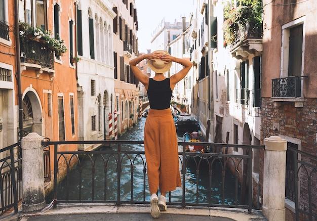 Junge frau reisen italien urlaub in europa mädchen genießen schöne aussicht in venedig