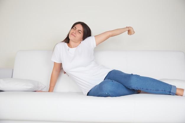 Junge frau ruhen auf dem sofa