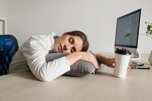 Junge frau schläft bei der arbeit