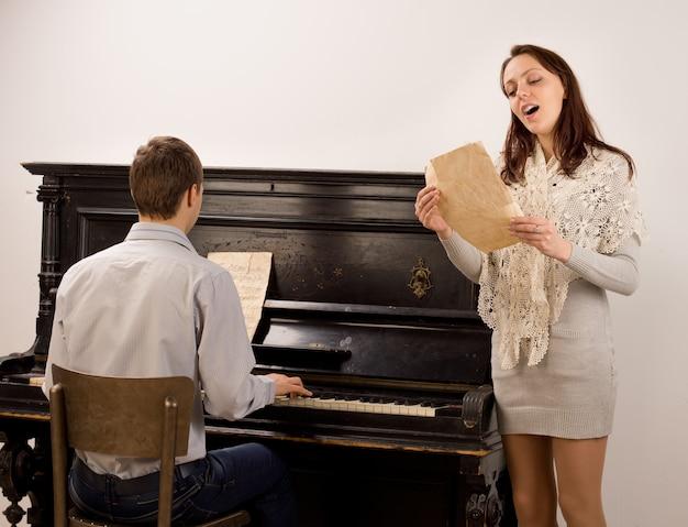 Junge frau singt ein sololied