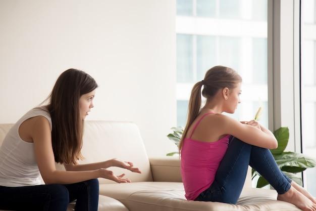 Junge frau streitet mit beleidigter freundin
